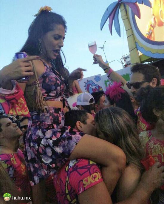 巴西狂欢节上,一位男子喝得太嗨与路人美女激情接吻,甚至都忘了自己女朋友还骑在肩膀上,让我们祝他一路走好